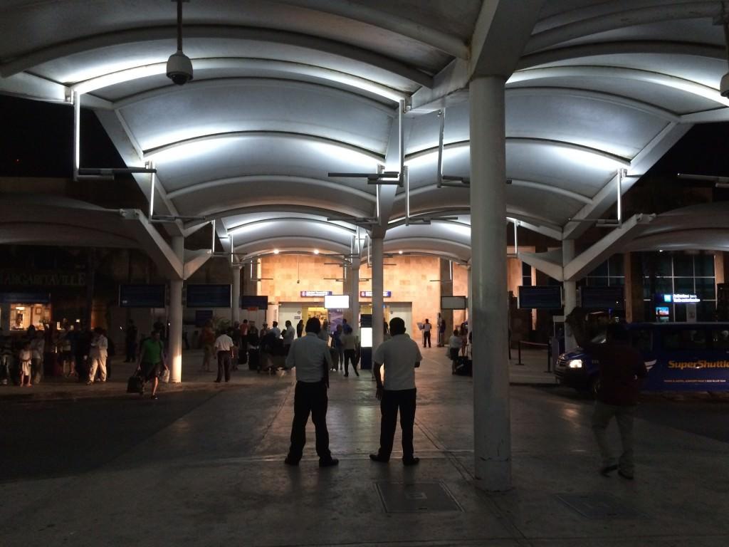 夜のカンクン国際空港
