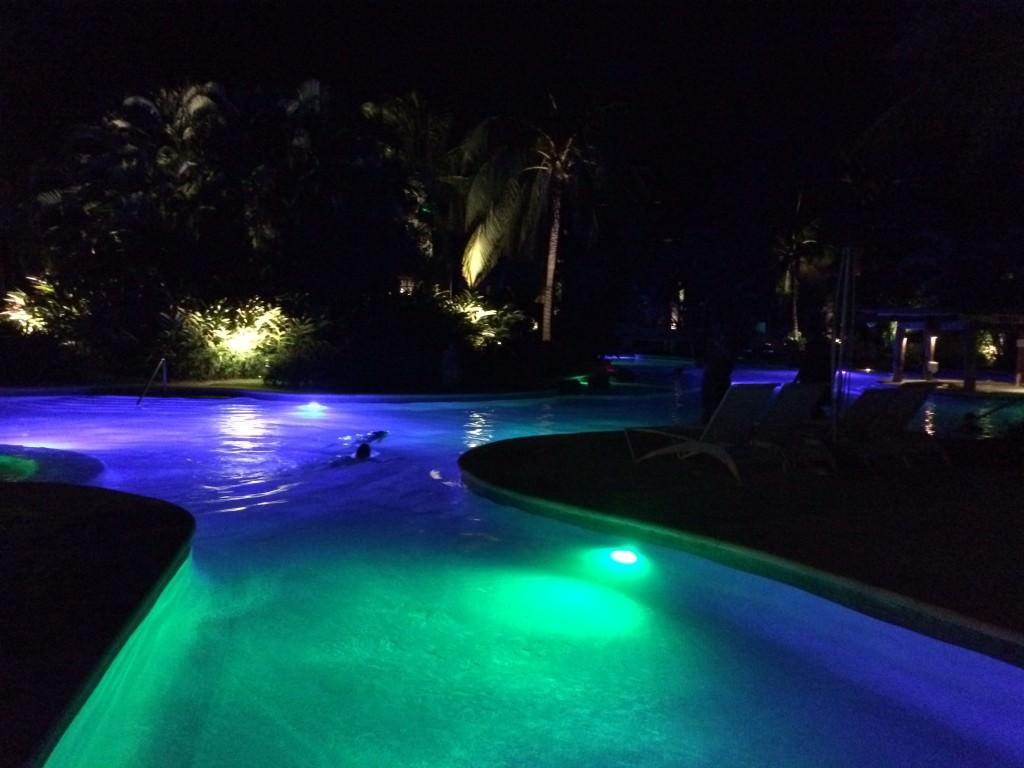 ライトアップされたプール