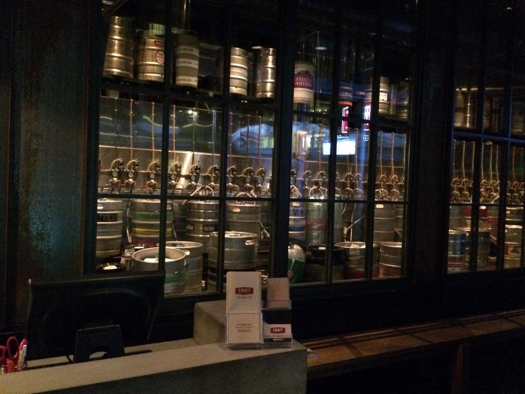 入り口に並ぶクラフトビールの樽
