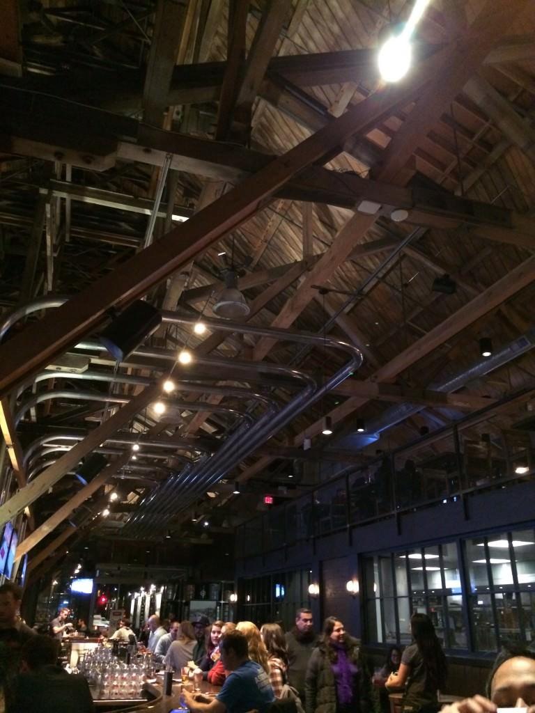 天井にはビールを運ぶパイプがびっしり