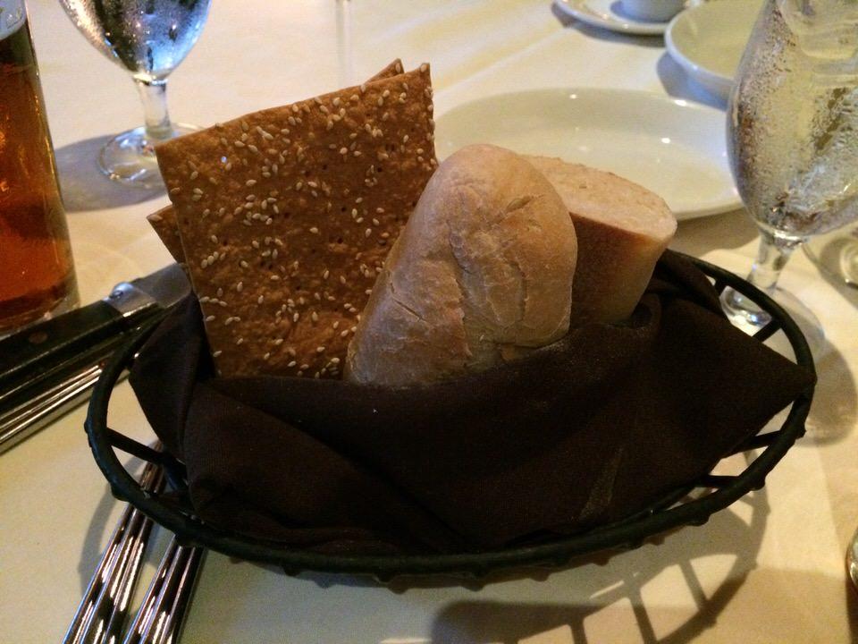お通しのパン。あったかいです。