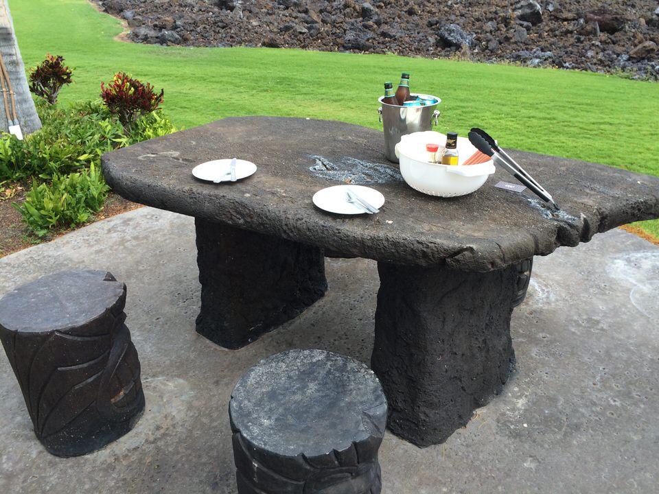 石でできたテーブルと椅子