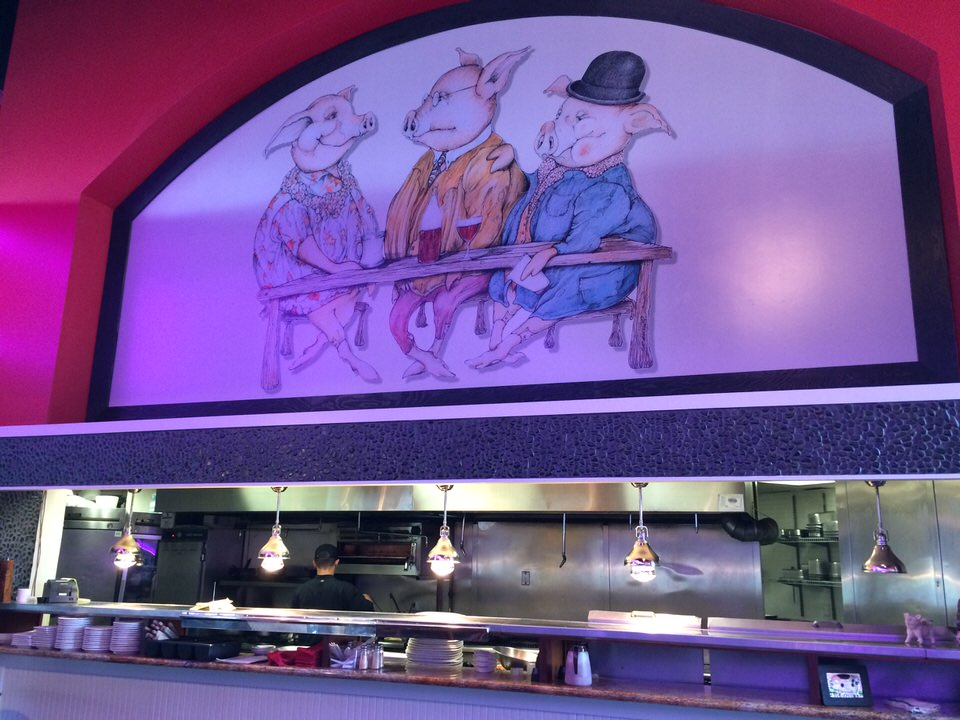 厨房の上に描かれている3匹の豚