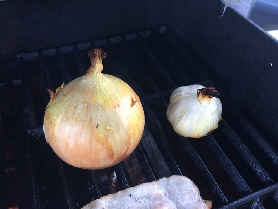 玉ねぎとニンニクは皮のまま丸焼きに