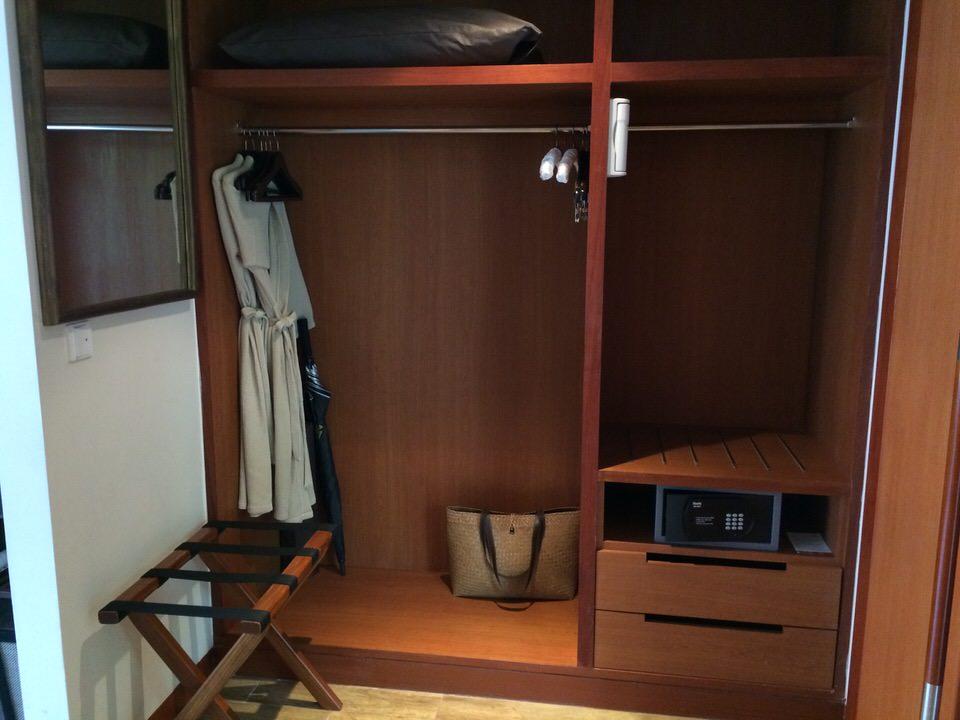 ベッドルームとパウダールームの間の部屋
