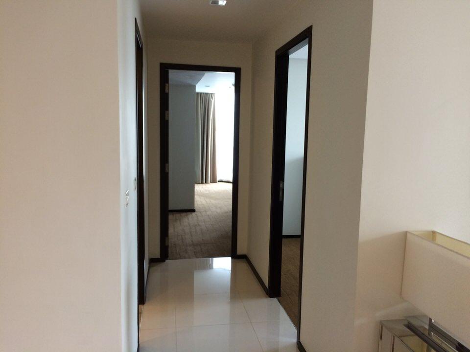 メインベッドルーム、ゲストルームに続く通路