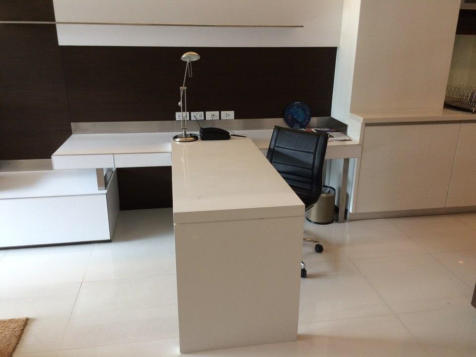 落ち着いて仕事はできなそうな白い机