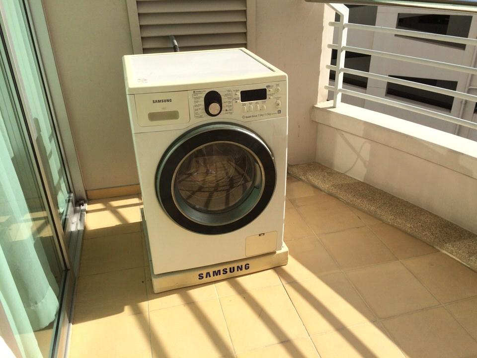 ベランダに置かれている洗濯・乾燥機