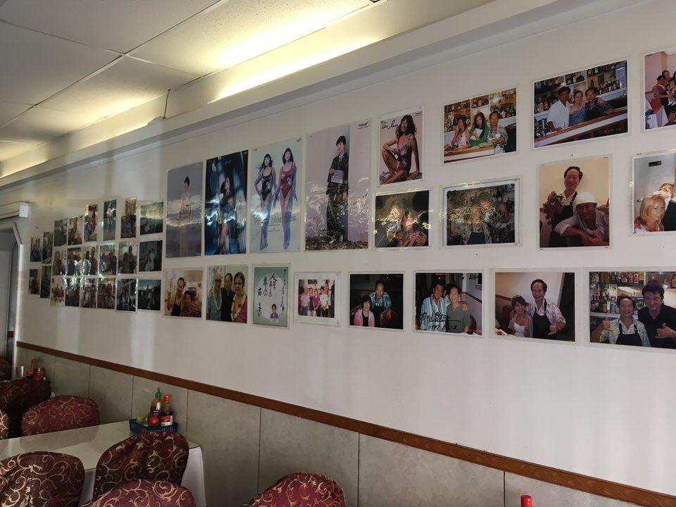 壁一面に貼られた有名人との写真