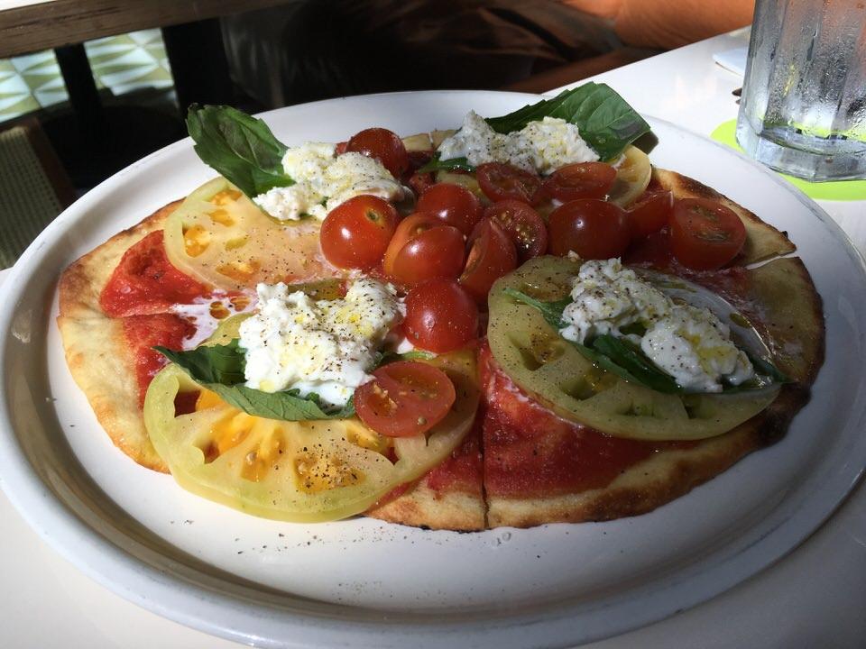 フラッドブレッドピザ エアルームトマト、バジル、モッツァレラ $8.00