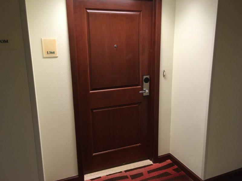 大きい入り口のドア