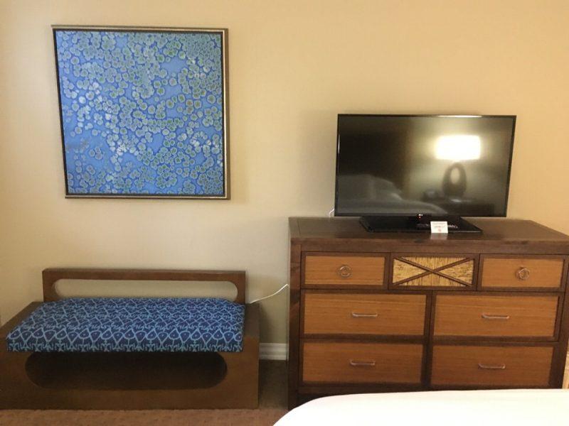 ベッドルームのテレビと荷物置き