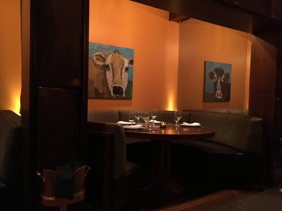 クラフトステーキの店内。壁際のテーブル席