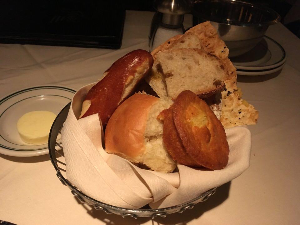 席に着くとすぐさまやってきたお通しのパン