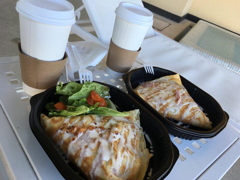 クレープとカフェラテが朝の定番セットでした。