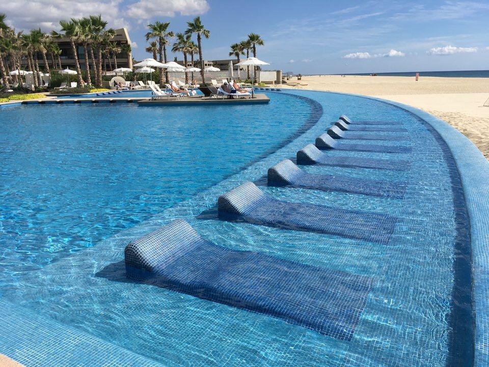 太平洋に面した寝プールチェア