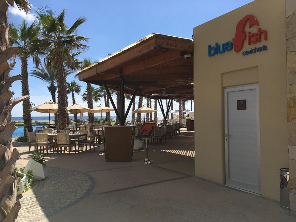 プールサイドにあるレストラン blue fish