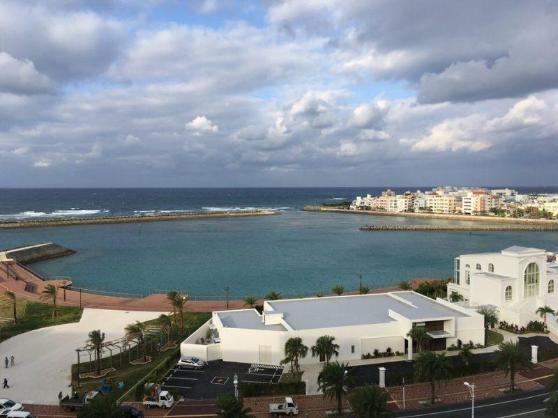 部屋からは沖縄の海がよく見えます