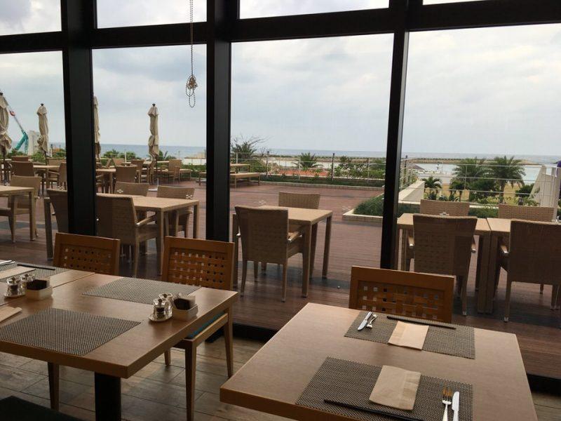 沖縄の海が見えるテーブル席