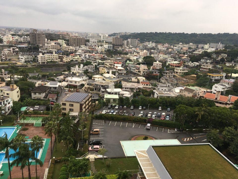 沖縄の町並みが広がります。