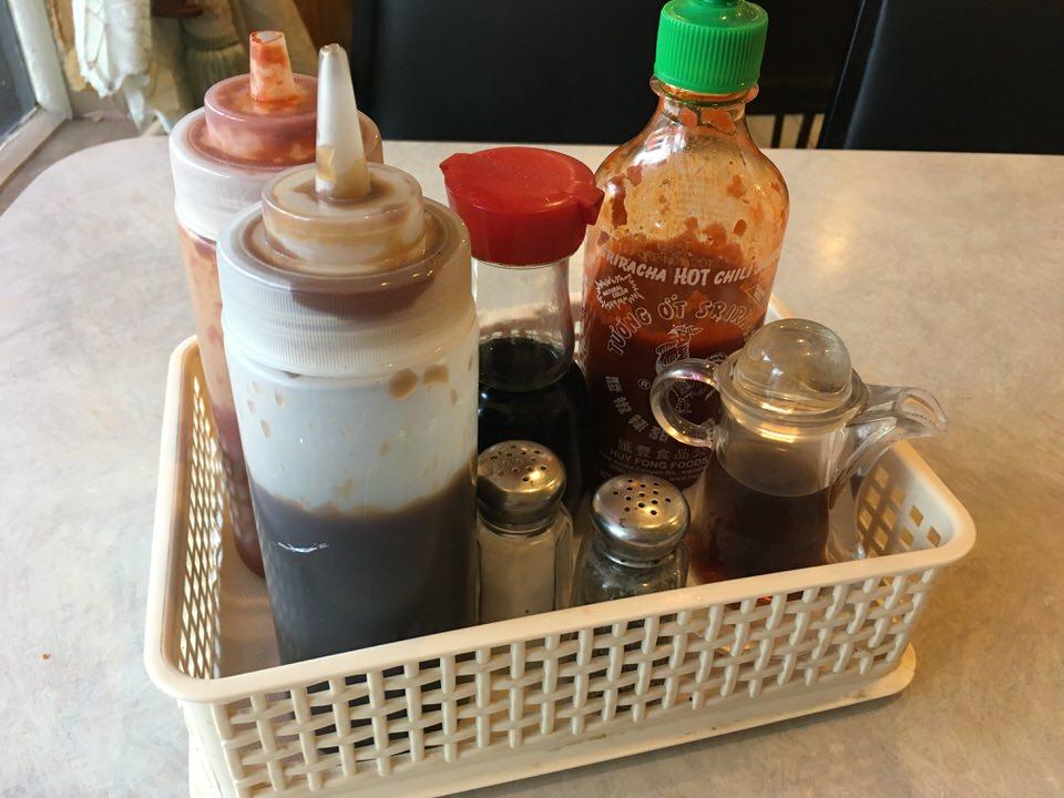 各テーブルに置かれた調味料セット
