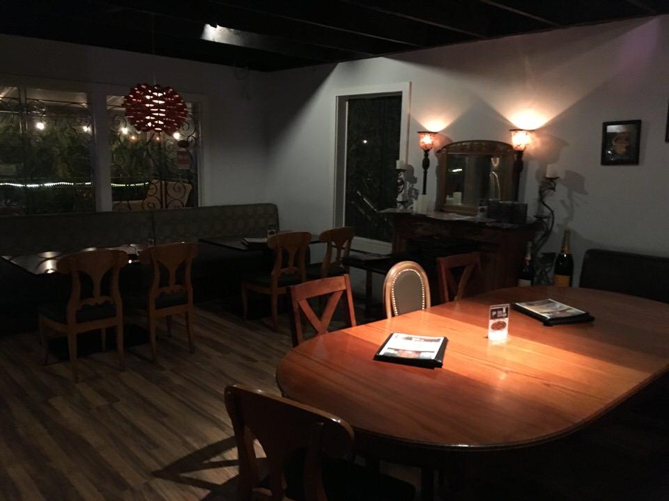ジーニアス・ラウンジ 室内のテーブル席
