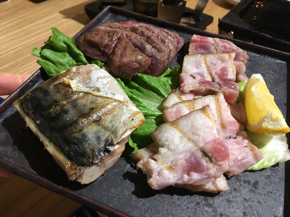 燻り料理 鯖(4.5ドル)、豚バラ(4ドル)、牛ハラミ(7ドル)
