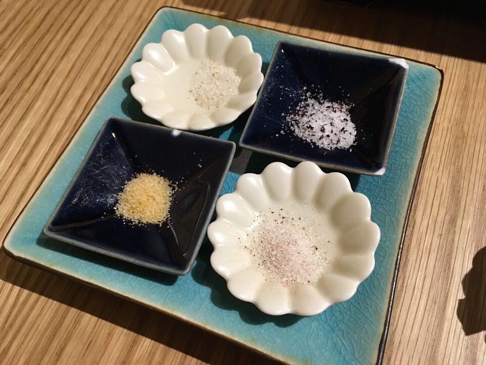燻り料理用の4種類の塩 (柚子塩、カレー塩、ゆかり塩、山椒塩)