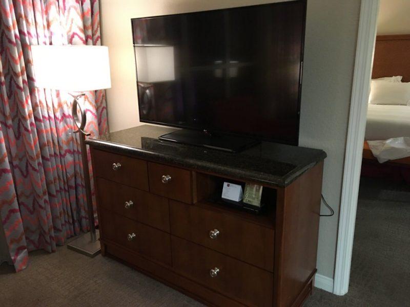 リビングルームには55インチの大きなテレビ