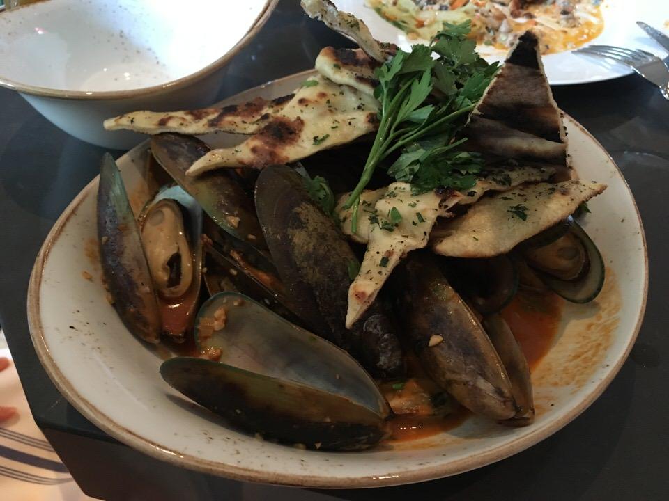 Mussels Tikka (マッスル・ティッカ 〜 ムール貝のインド風) 11ドル〜