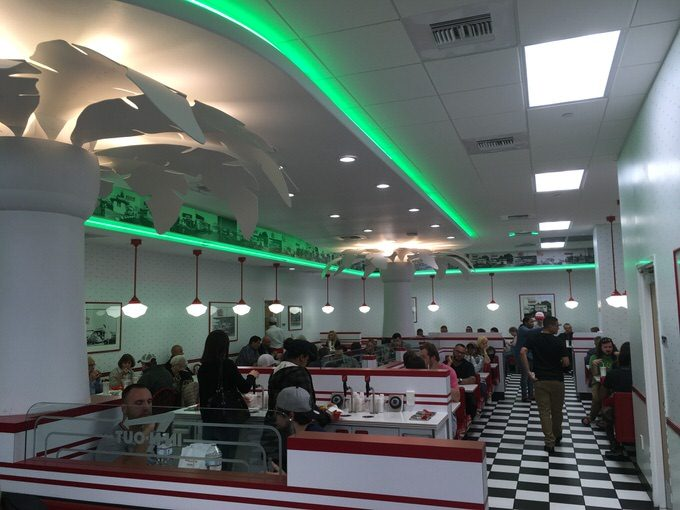 IN-N-OUTの店内