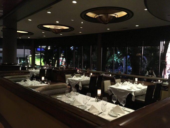 ルースズクリス ラスベガスのラスベガス大通りを眺めながら食事のできるテーブル席