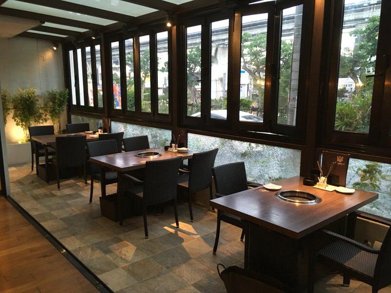 ロインズ 沖縄 窓際のテーブル席