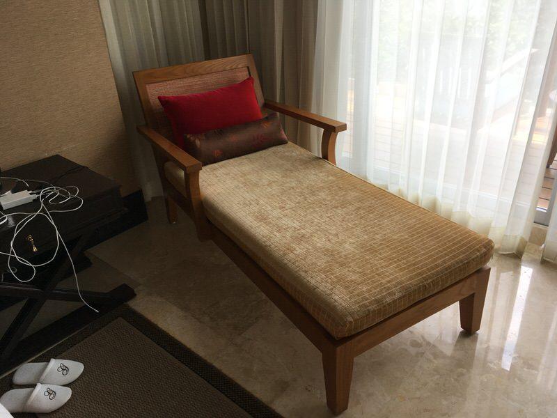 ベッド横に置かれたソファー