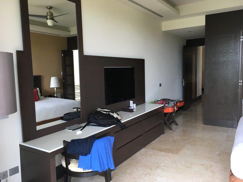 ベッドルームのテレビと鏡台