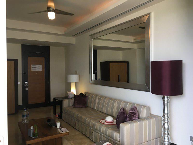 大きな鏡のあるリビングルーム