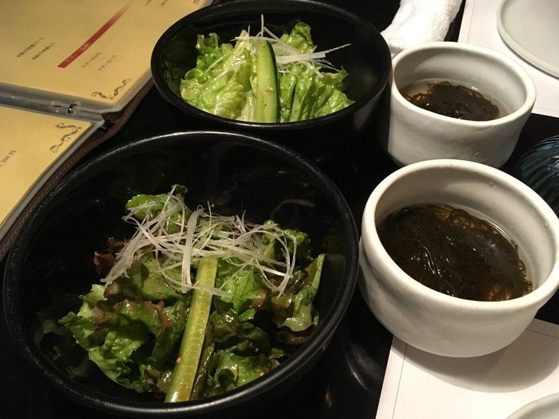 お通しのもずくと食べログからの予約でもらったサラダ