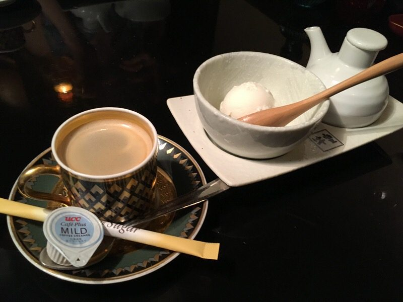 サービスのアイスクリームとコーヒー