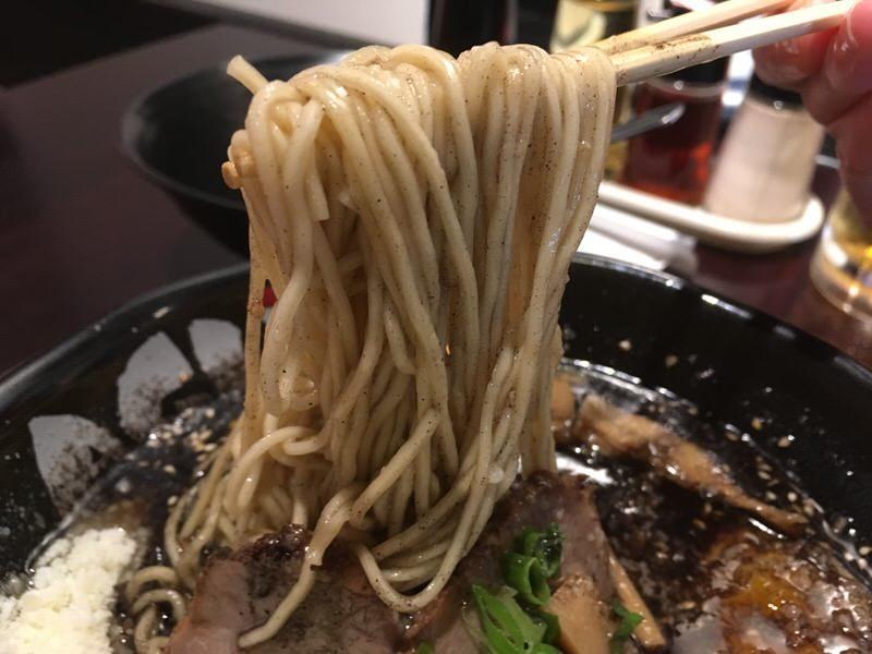 ホット・メスの麺は細麺