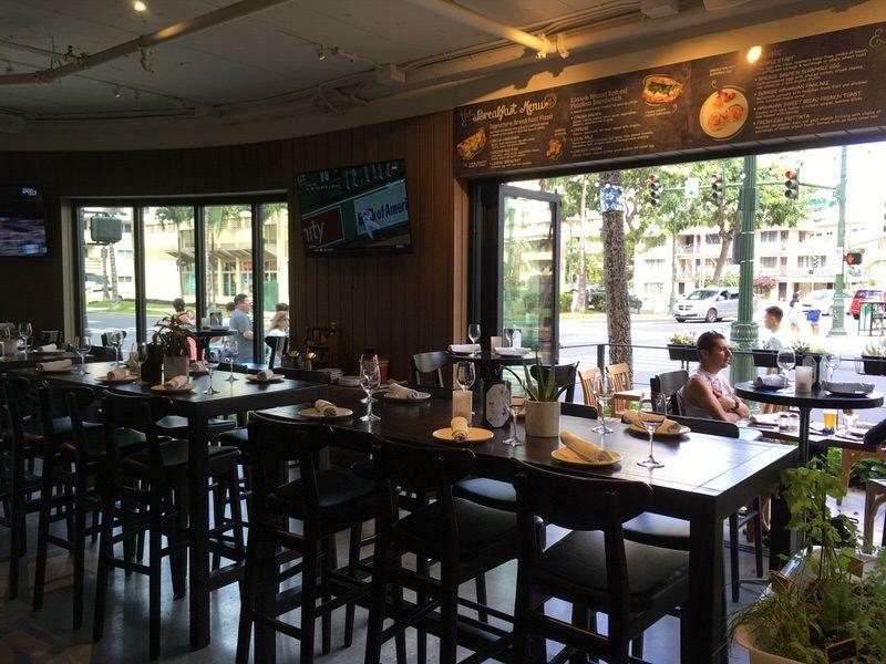 アペティート・クラフトピザ&ワインバー ハイテーブル席とテラス席