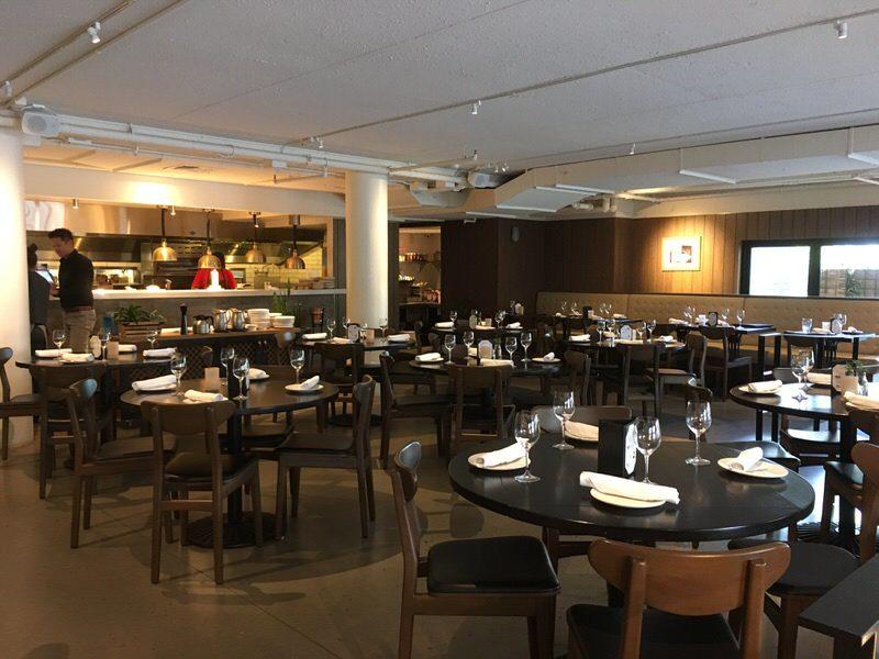 アペティート・クラフトピザ&ワインバー 奥のローテーブル席