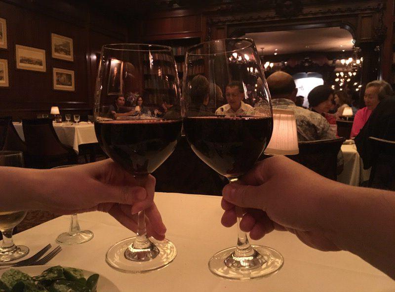 ステーキに備えて赤ワインを注文