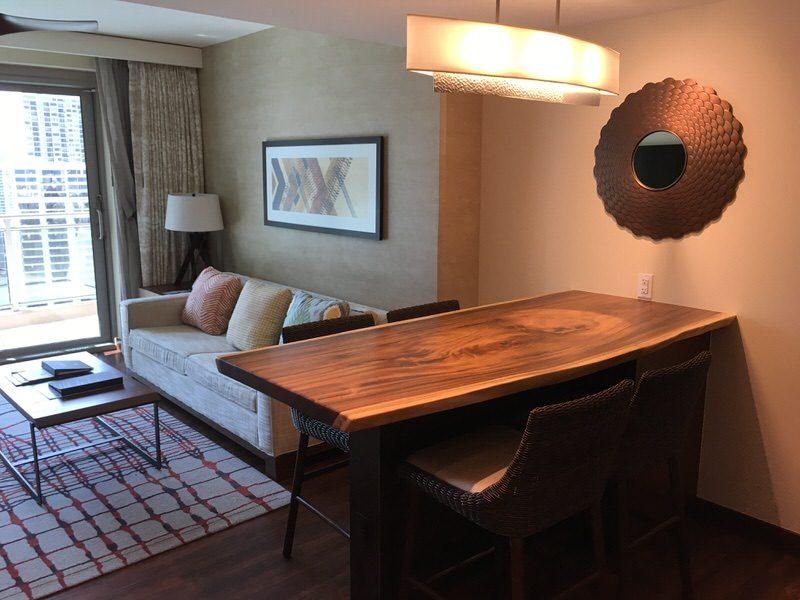 1枚の木で作られた大きなテーブル