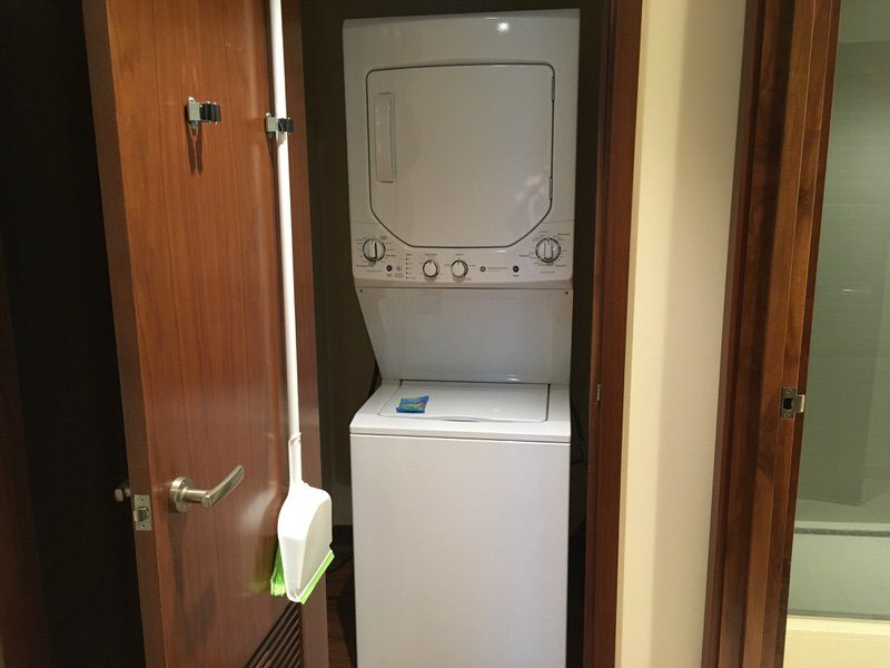 部屋に備え付けの洗濯機と乾燥機