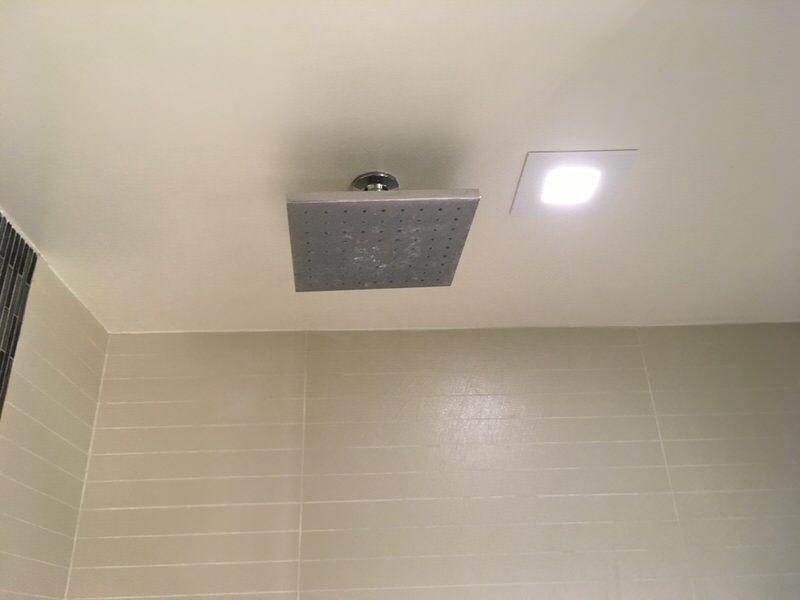 シャワールームのレインシャワー