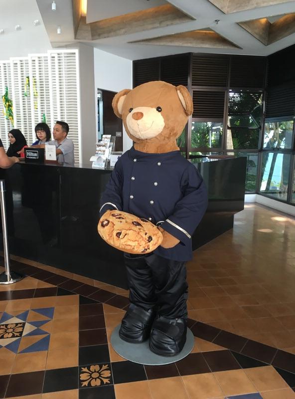 ダブルツリーお馴染みのクッキーを持ったクマがお出迎え