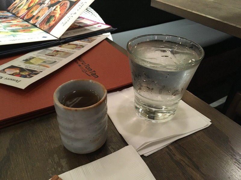 水とお茶を持ってきてくれました