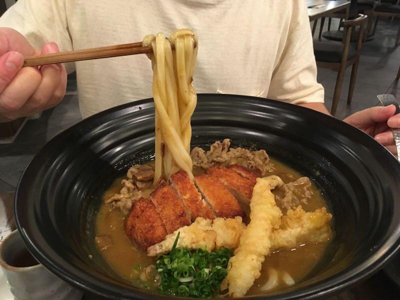 カレーのおうどんも太麺にしてみました。