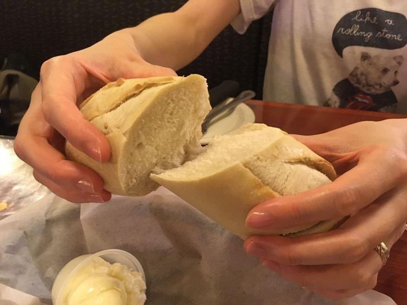 お通しのパンは温かくてふかふかです。お通しのパンは温かくてふかふかです。