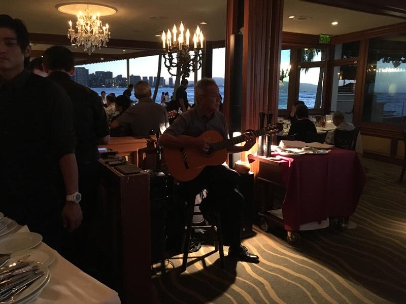 Hawaii Five-0のテーマソングを奏でる演奏者